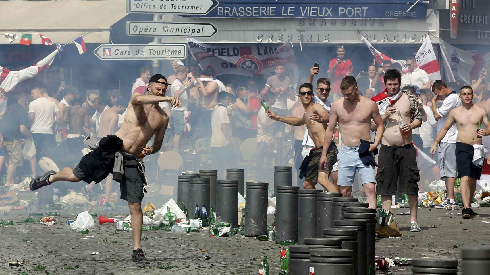 Aficionados ingleses lanzan objetos a los rusos.