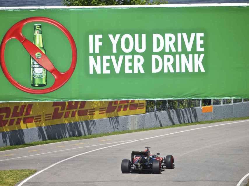 Alonso en el horizonte con su McLaren-Honda en los entrenos de Canadá.