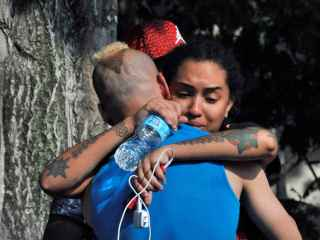Los familiares de las víctimas esperan más información cerca de la comisaría de Orlando