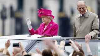 La lluvia no desluce el desfile de comparsas en honor de Isabel II