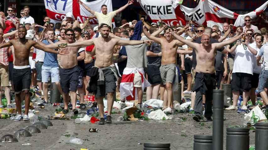 Los hooligan ingleses buscan el enfrentamiento con los rusos.