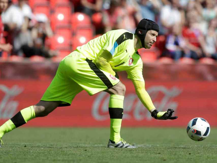 Cech saca el balón contra Corea del Sur en un amistoso.