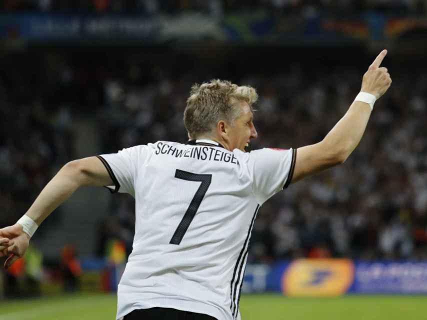 Schweinsteiger celebra el gol de la victoria para Alemania.
