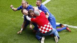 Un aficionado celebra el gol con Modric.
