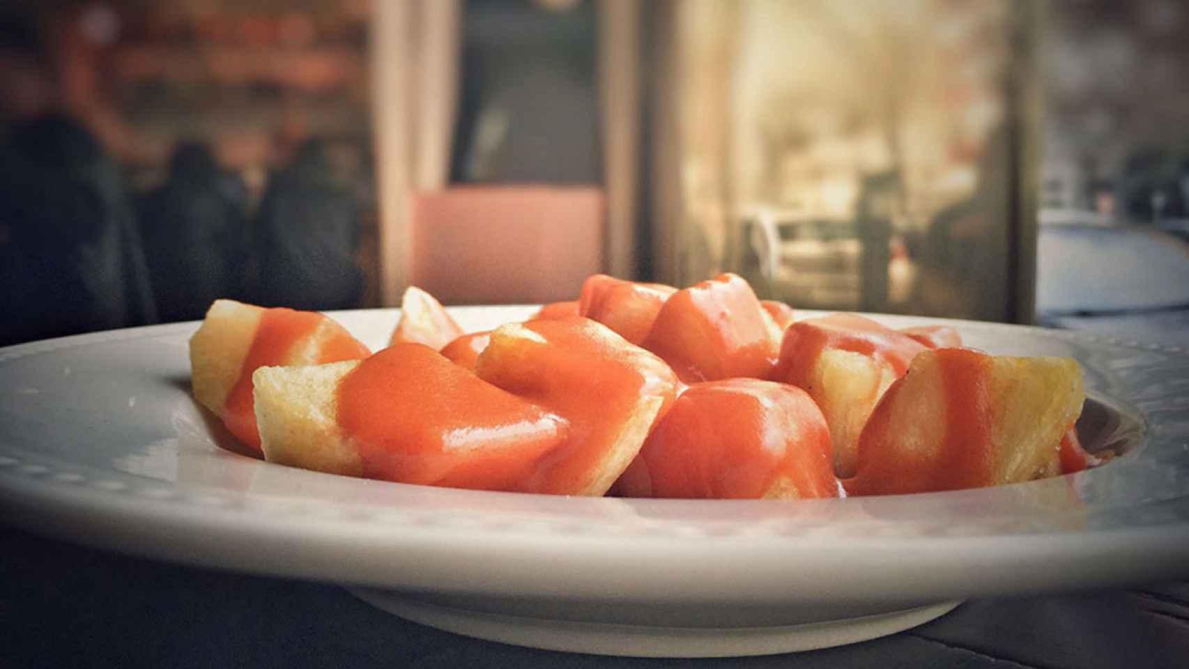 Patatas bravas, un clásico de la gastronomía española.