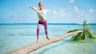 Modelo de Roxy practicando Yoga en la playa.