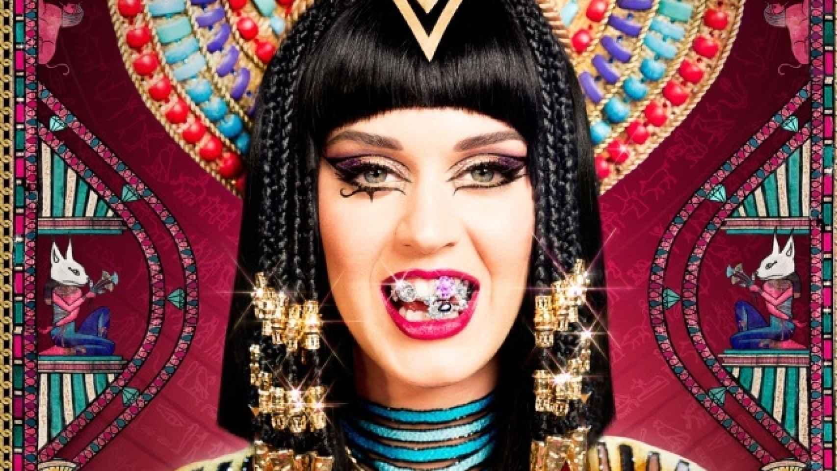 La cantante Katy Perry mostrando sus grills en el videoclip Dark Horse.