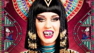 La cantante Katy Perry mostrando sus grills en el videoclip Dark Horse