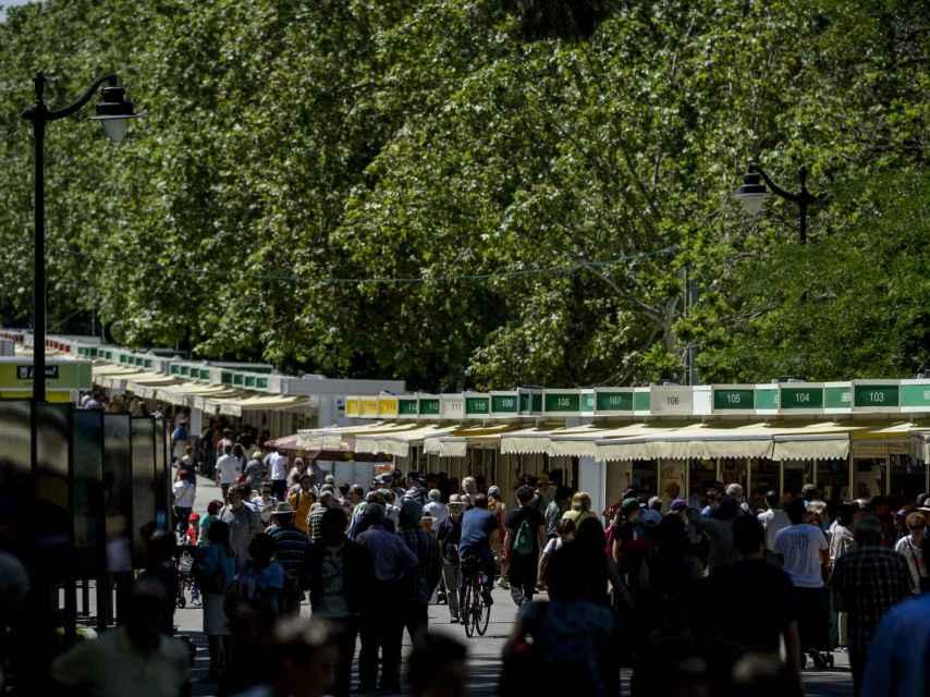 Aficionados pasean por la Feria del Libro 2016.