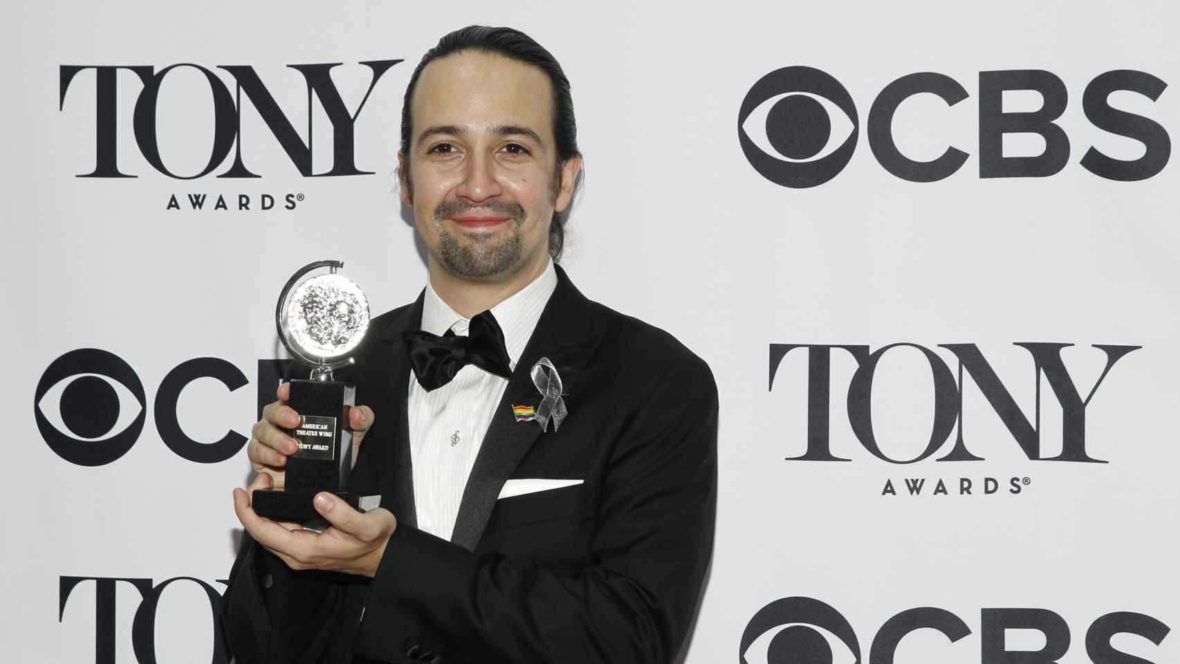 Lin-Manuel Miranda posa con una estatuilla en el 'backstage' de los Tony.
