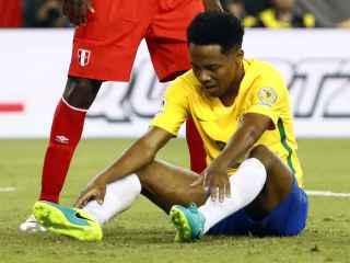 Elias, sentado durante un momento del partido ante Perú.