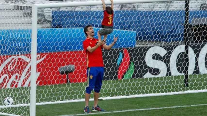 Piqué juega con su hijo tras el partido contra la República Checa.