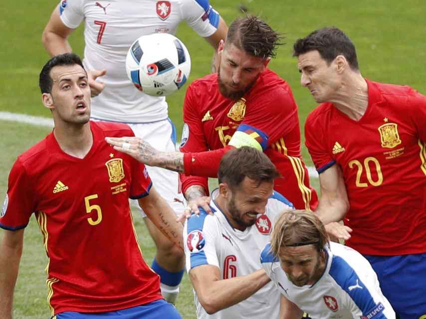 Ramos pelea de cabeza un balón.
