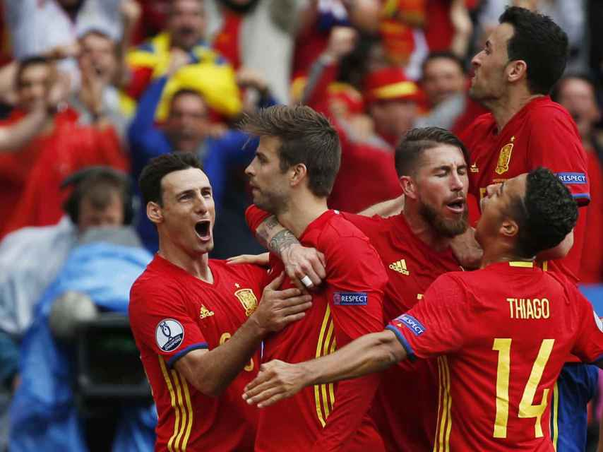 Gerard Piqué celebra su gol junto al resto de la selección.