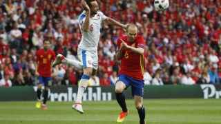 Andrés Iniesta escapa de un rival checo.