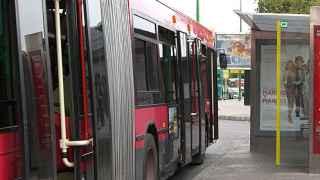 Condenan a unos padres a pagar los daños causados por su hijo a un autobús al que apedreó