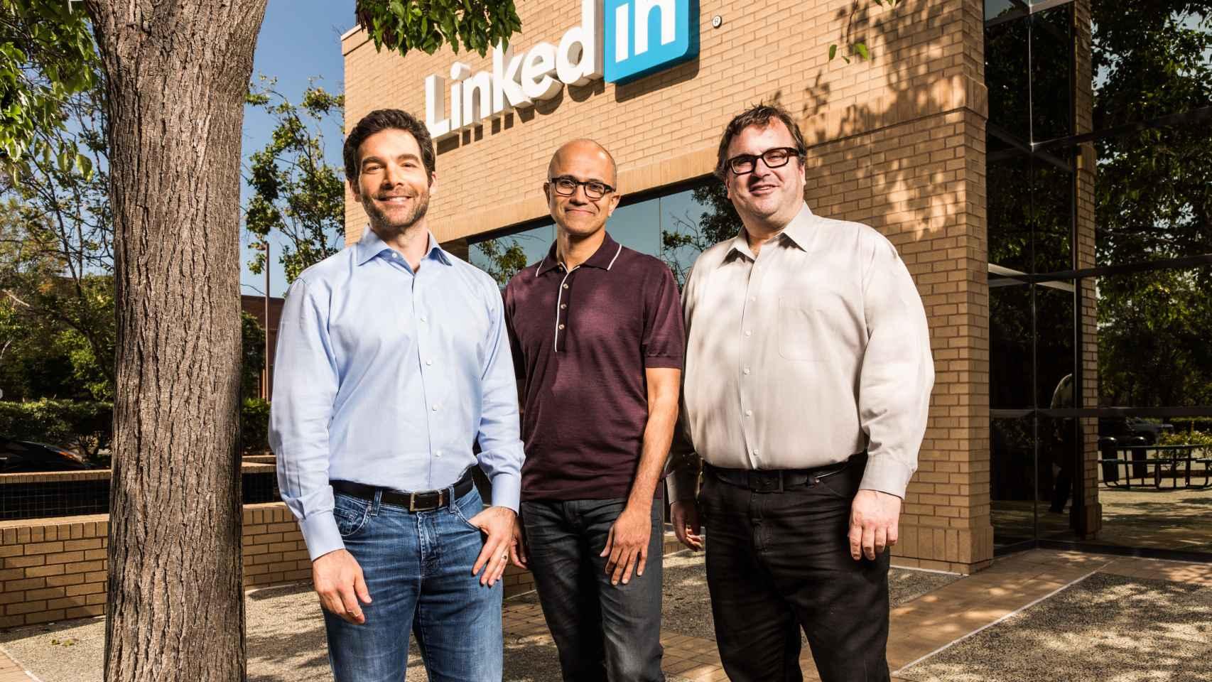Los fundadores de Linkedin junto al CEO de Microsoft.