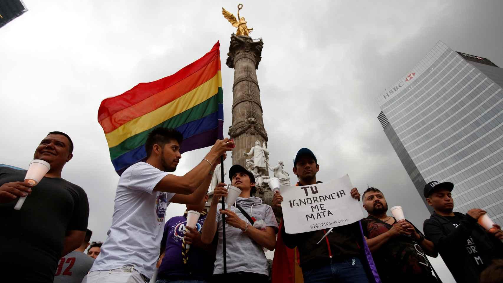Miembros de la comunidad LGTB muestran su apoyo a las víctimas de Orlando