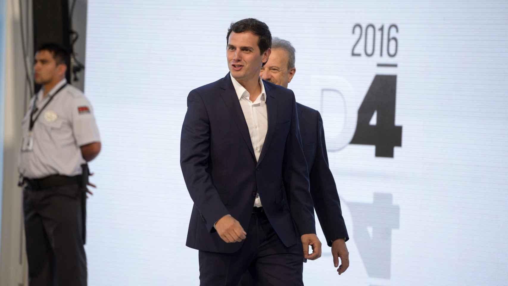 Rivera, a su llegada al debate. Sin corbata.