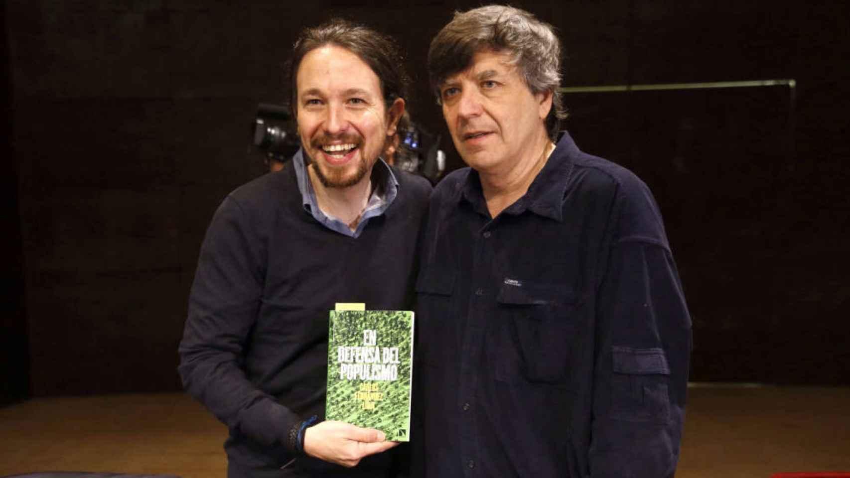 Pablo Iglesias junto a Fernández Liria, presentando el libro En defensa del populismo.