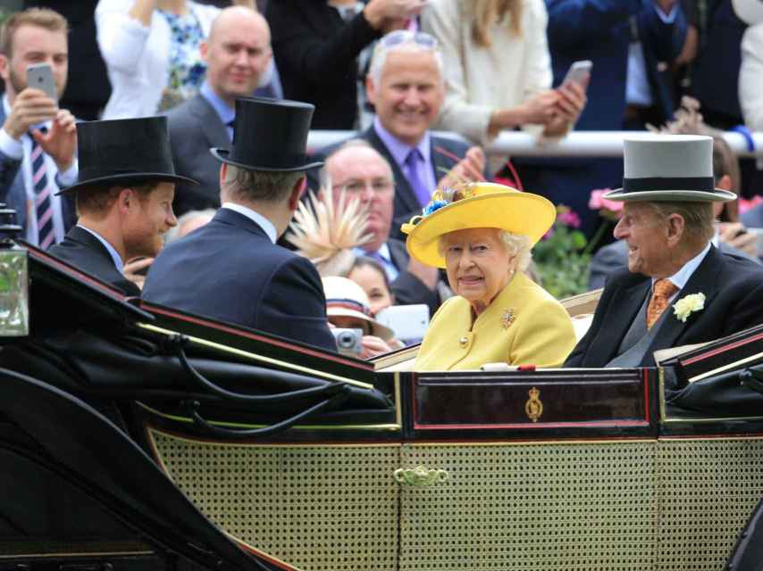 La reina Isabel II y Felipe de Edimburgo a su llegada al hipódromo de Ascot