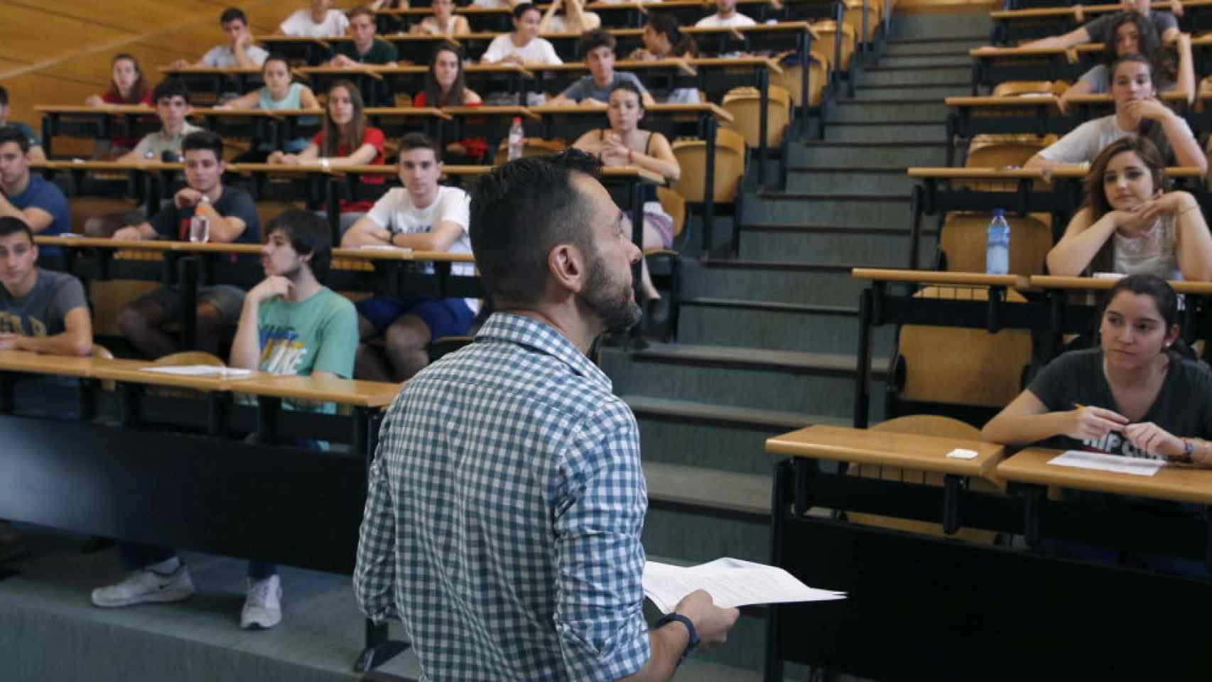 Estudiantes asisten a una clase en la Universidad Complutense de Madrid.