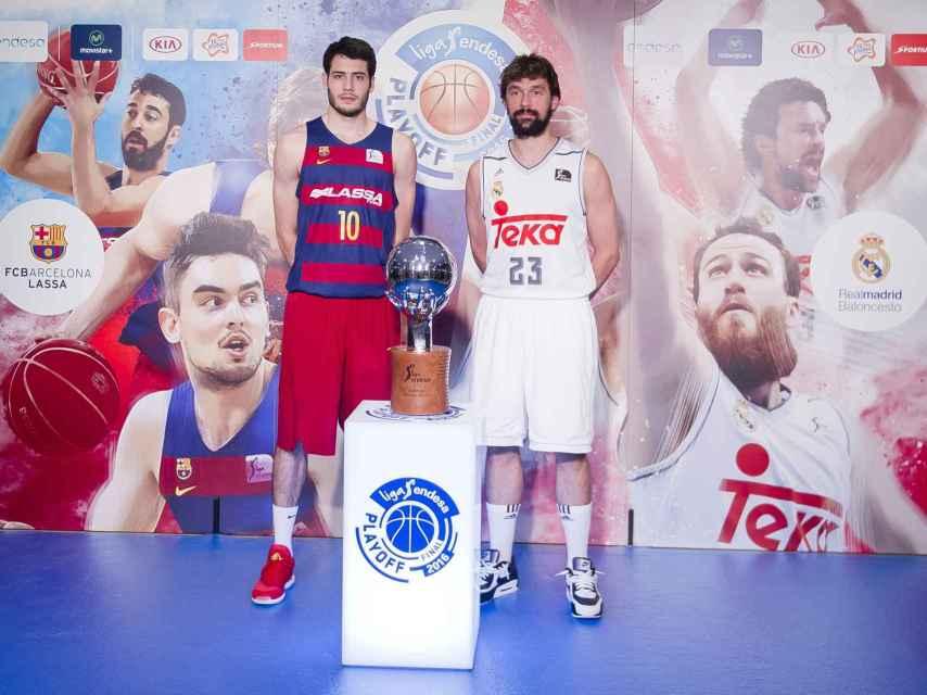 Álex Abrines y Sergio Llull posan junto al trofeo de la Liga Endesa.