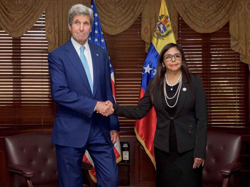 John Kerry estrecha la mano de la canciller venezolana Delcy Rodríguez.