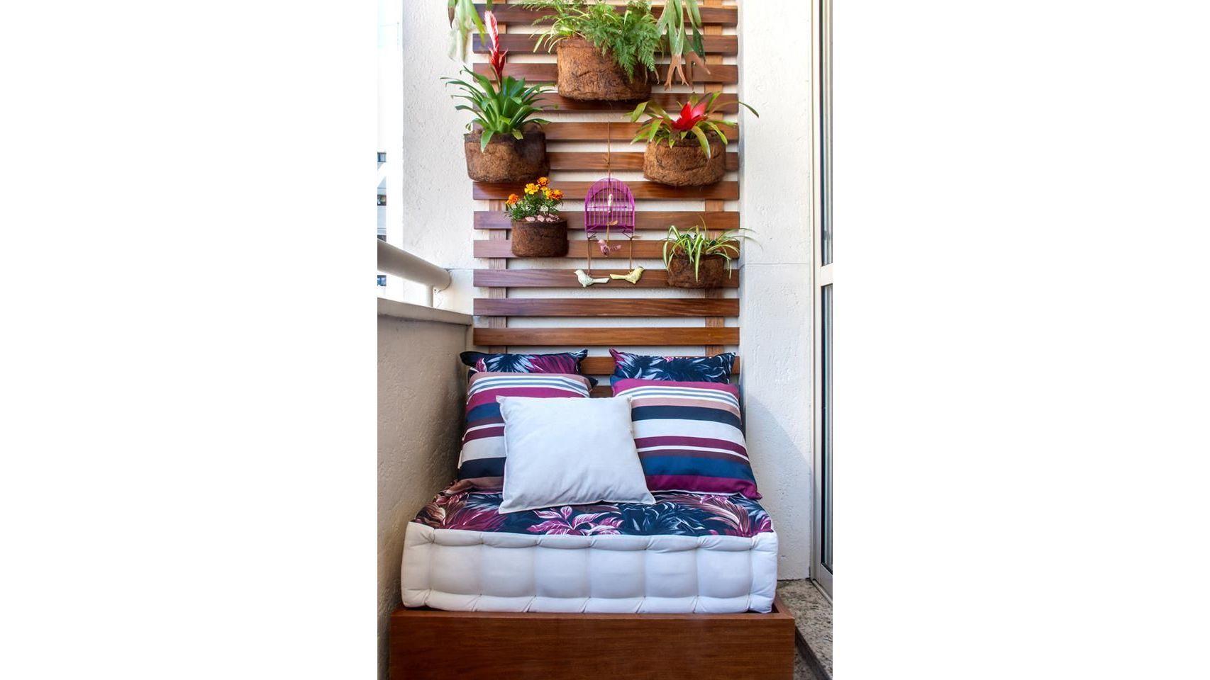 Dale una utilidad a tus paredes utilizando madera para hacer jardines verticales.