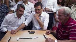 Sánchez, jugando al dominó en Benalmádena (Málaga)