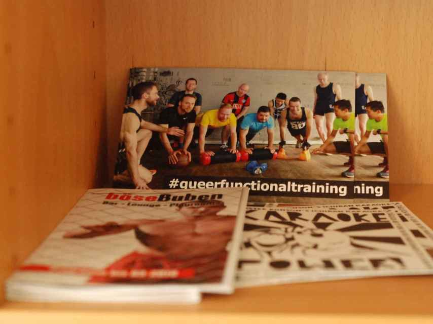 Revistas que pueden leerse en el hogar para refugiados gays.