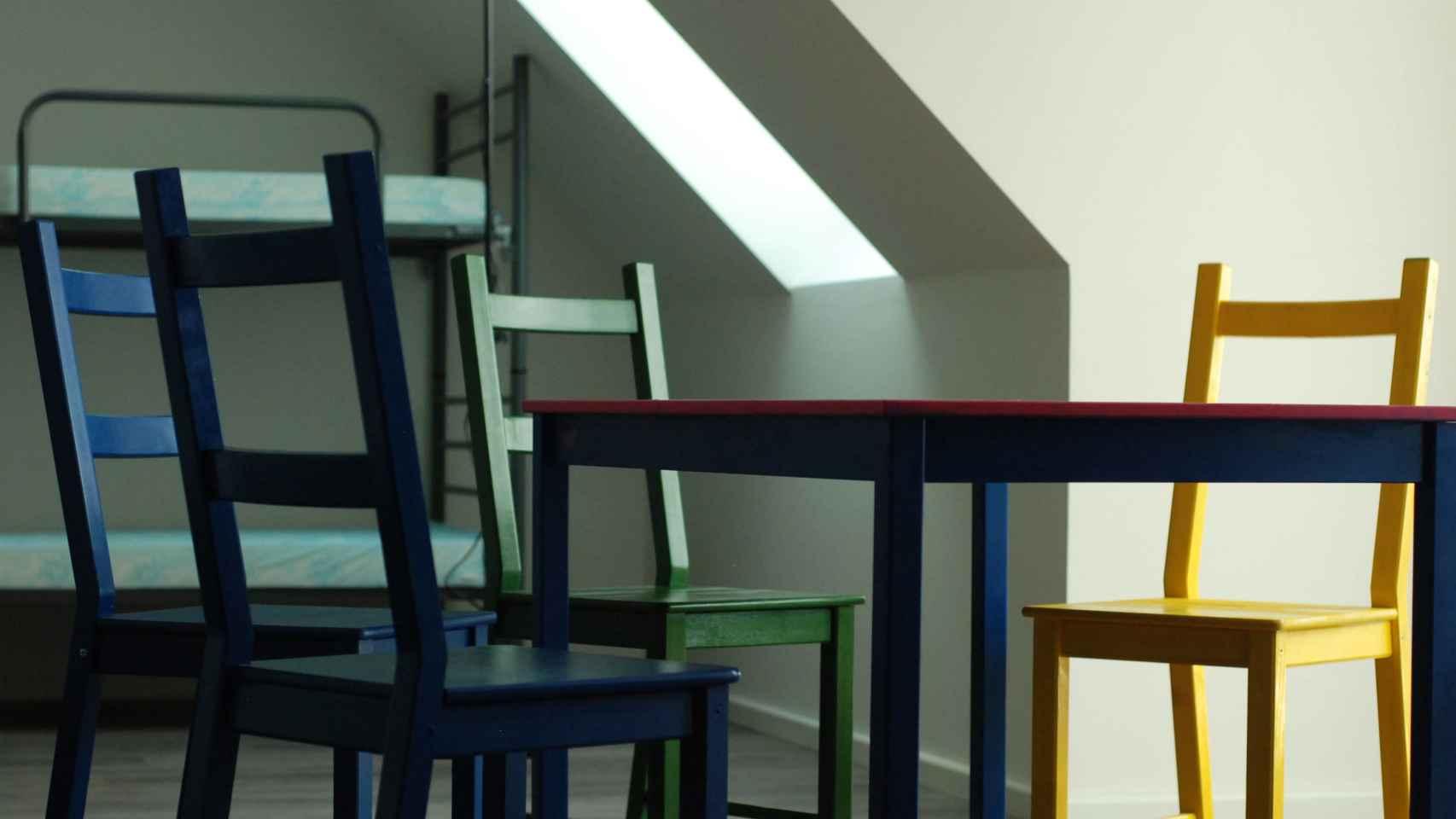 Sillas de Ikea pintadas con los colores del arcoiris.