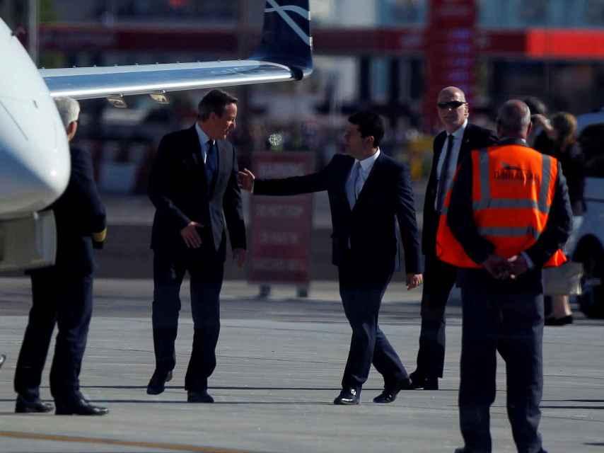 Picardo despidió a Cameron en el aeropuerto del Peñón.
