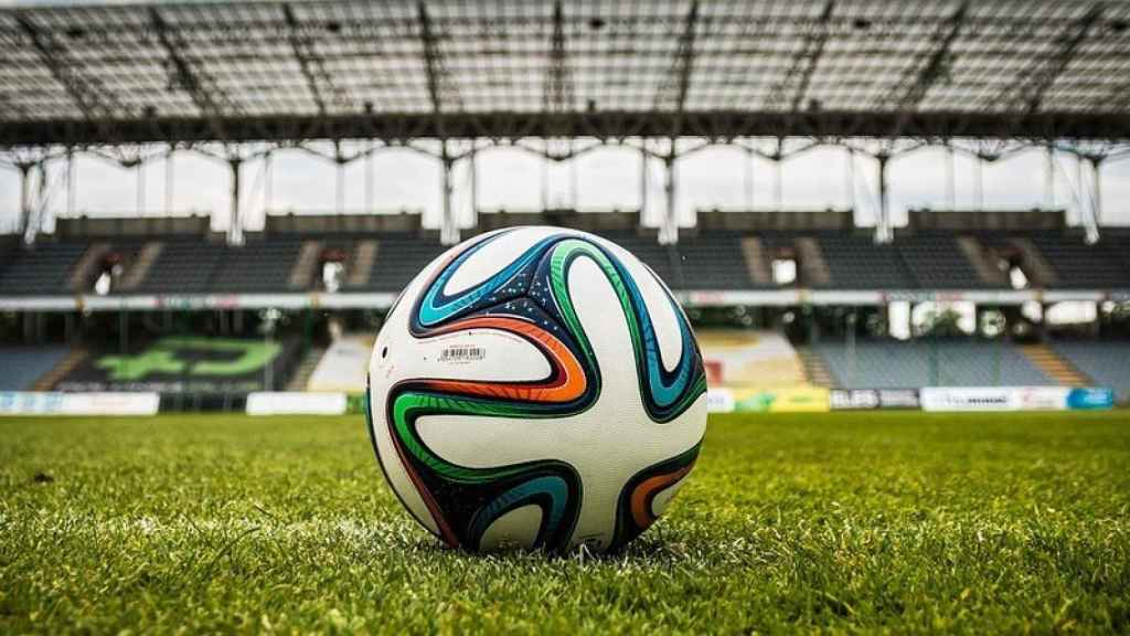Un balón de fútbol en el terreno de juego.