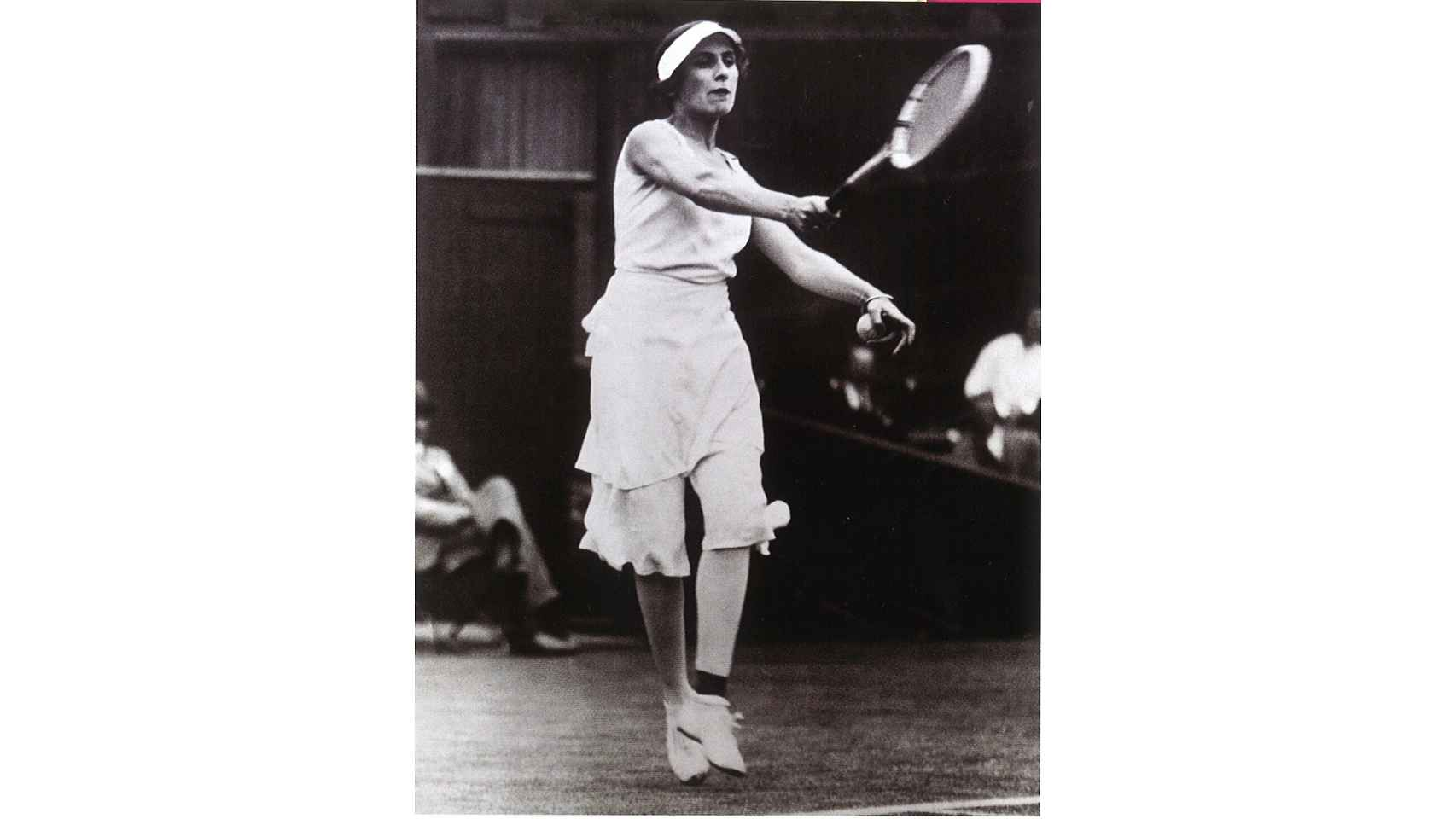 Lili  Álvarez en WImbledon con la falda pantalón diseñada por Elsa Schiaparelli que le aporta libertad de movimiento.