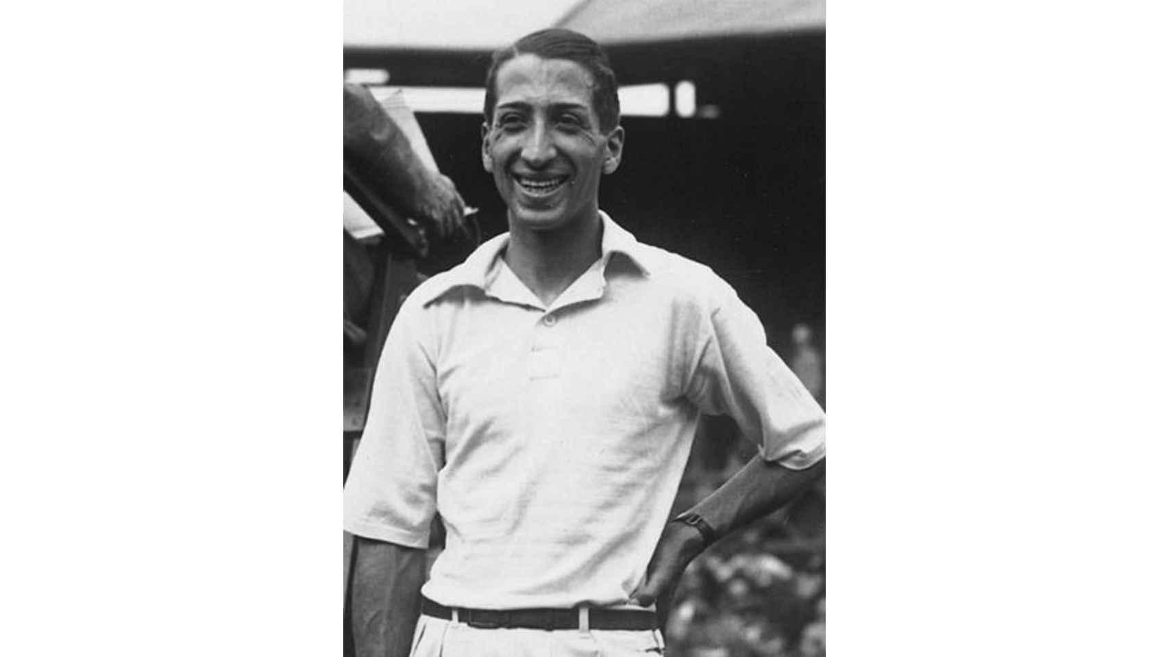 René Lacoste, luciendo el polo blanco que se convertiría posteriormente, en el básico de todo estudiante de colegio con uniforme.