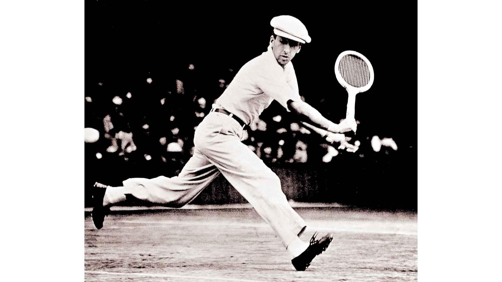 René Lacoste, jugando un partido, en una famosa imagen que esta temporada está en las sudaderas de su marca.