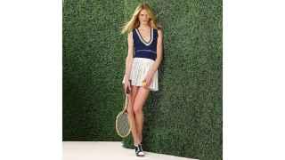 Modelo de la colección de tenis de Tommy Hilfiger.
