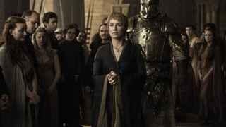 Cersei escoltada por ser Robert Strong