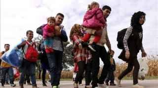 Refugiados caminan por una carretera del pueblo croata Ilok, fronterizo con Serbia.