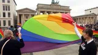 La bandera gay en una marcha homenaje por las víctimas del tiroteo en Orlando en la embajada de EEUU en Berlín.
