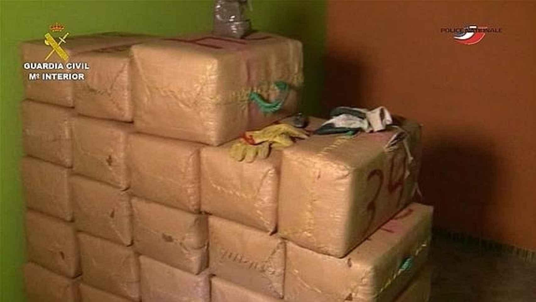 Fardos de hachís decomisados en una operación contra el tráfico de drogas en Málaga.