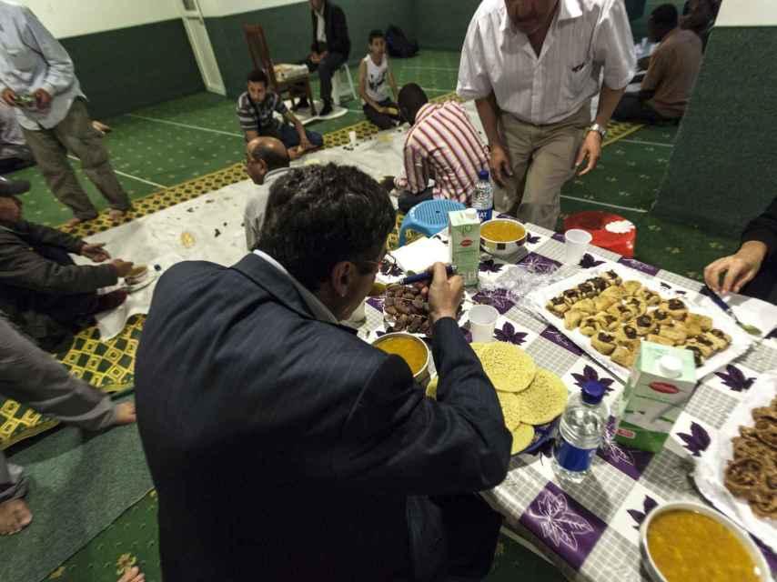 Tras la ruptura del ayuno, Chaib aprovecha para alimentarse.