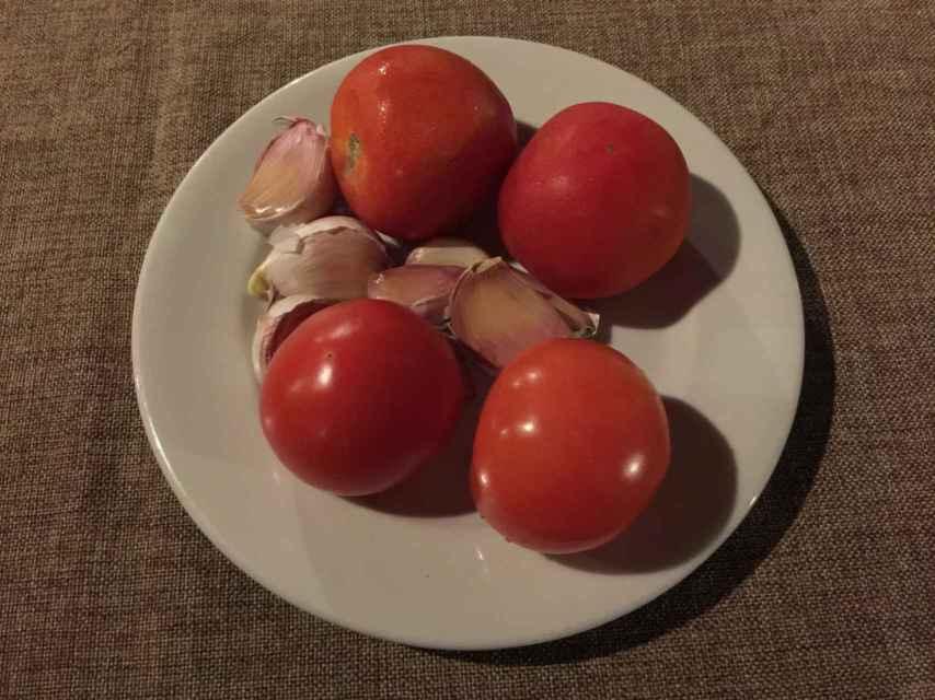 Tomates y ajos para untar el pan