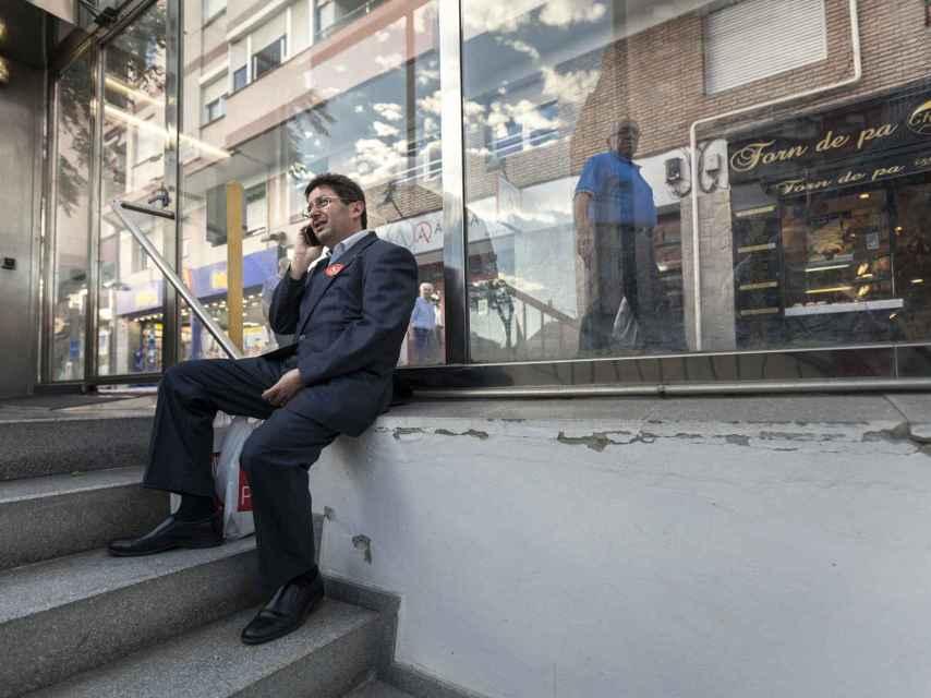 El candidato, descansando en la boca de una parada de Metro en Barcelona.