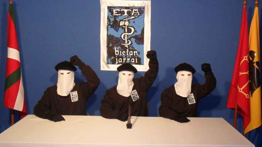 Miembros de ETA anuncian el cese de su actividad.