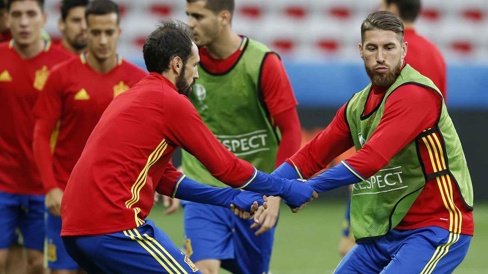 Sergio Ramos y Juanfran en el entrenamiento de España.