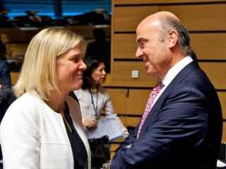 Guindos conversa con la ministra de Finanzas sueca durante el Ecofin