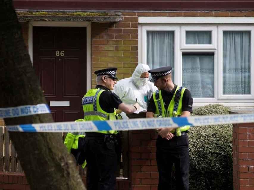 Agentes de la policía hacen un registro en la casa del sospechoso del asesinato de Joe Cox