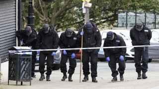 Agentes de policía peinan la zona cercana al asesinato de Jo Cox el viernes en Bristall.